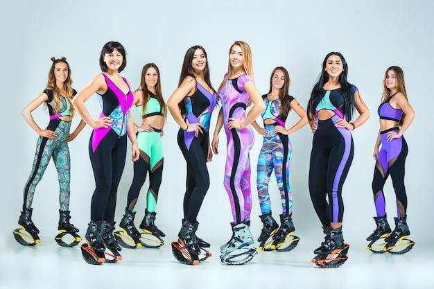 Le groupe de filles, sautant sur la formation