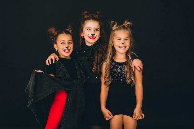 Groupe de filles vêtues de costumes d'halloween en studio