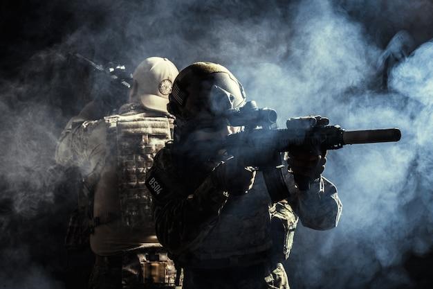 Groupe des forces de sécurité en uniforme de combat avec des fusils