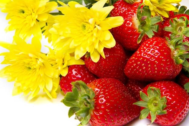 Groupe de fraises fraîches et de fleurs