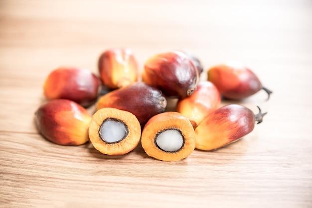 Un groupe de fruits de palmier à huile sur la table en bois