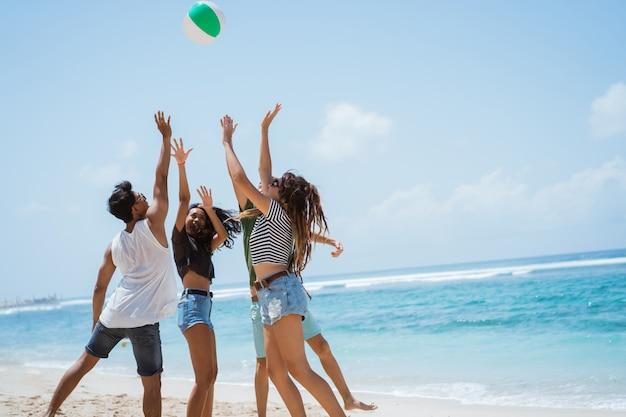 Groupe, gai, jeunes, jouer, volley-ball