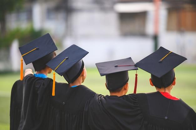 Un groupe de garçons est heureux le jour de la remise des diplômes à l'école