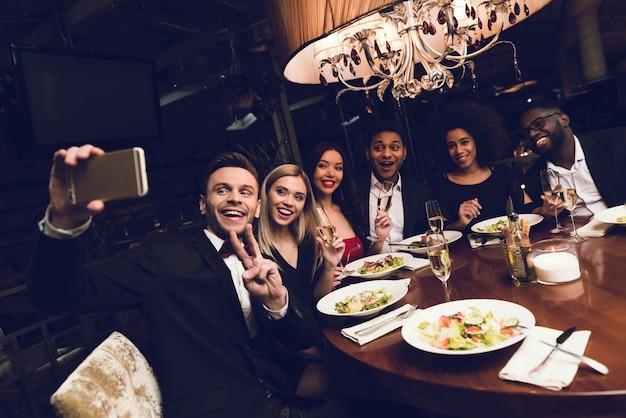 Un groupe de gars et de filles est venu au restaurant.
