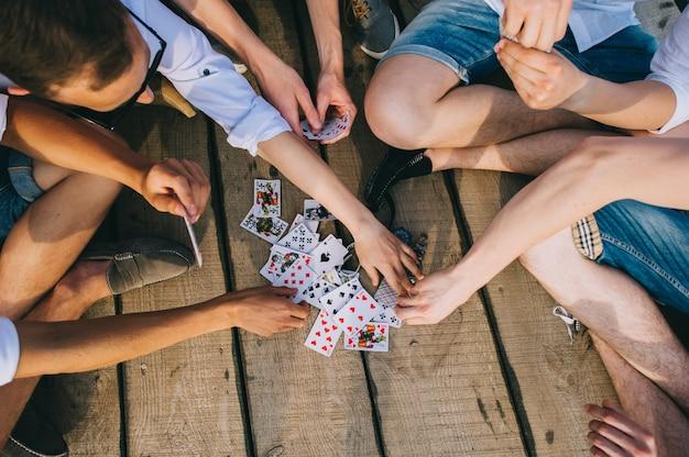 Un groupe de gars jouer aux cartes, vue de haut
