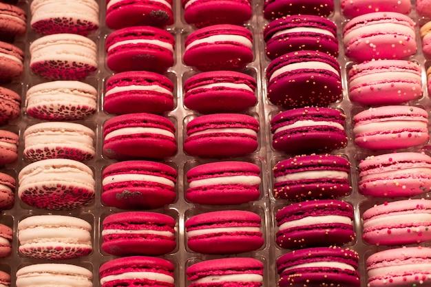 Groupe de gâteaux multicolores sur les vitrines d'un magasin kondiri