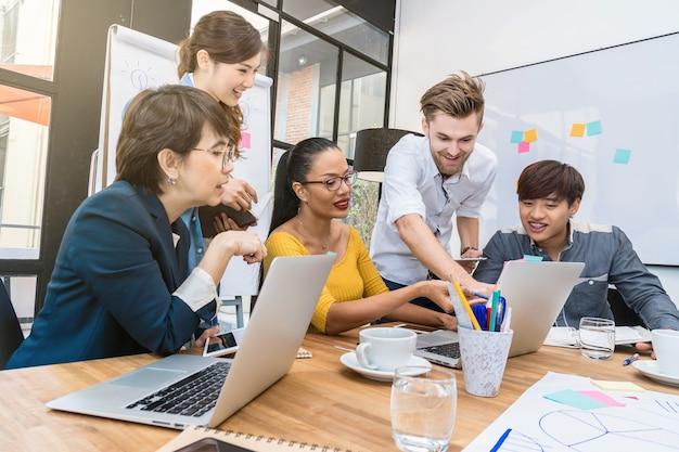 Groupe de gens d'affaires asiatiques et multiethniques de brainstorming ensemble