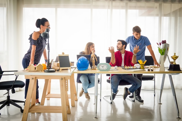 Groupe de gens d'affaires asiatiques et multiethniques avec costume décontracté parler et brainstorming
