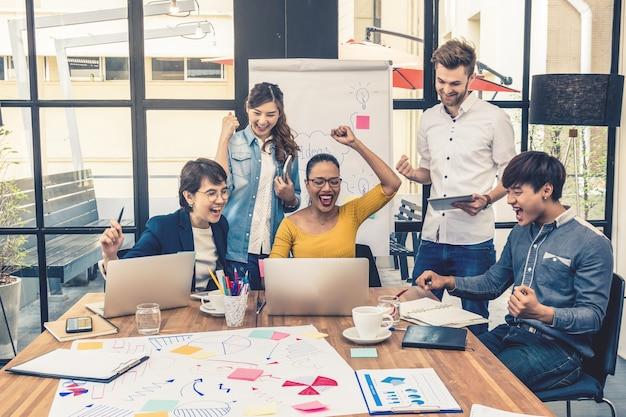 Groupe de gens d'affaires asiatiques et multiethniques travaillant