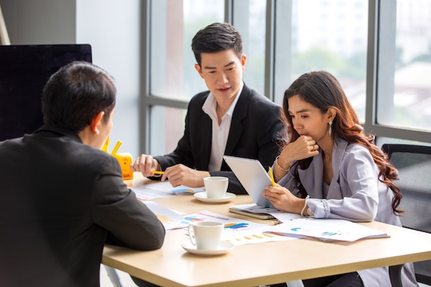 Groupe de gens d'affaires asiatiques réunion d'équipe dans le bureau moderne travaillant la planification de la conception et le concept d'idées