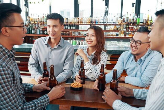 Groupe de gens d'affaires au bar
