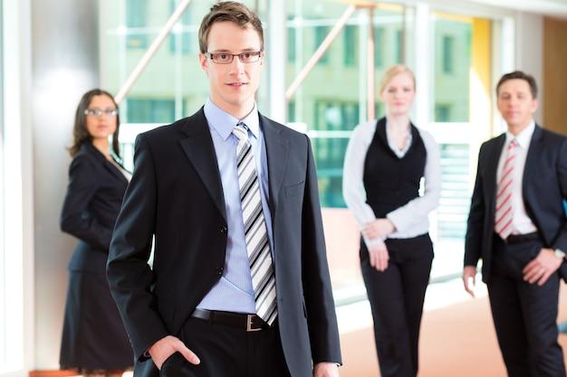 Groupe de gens d'affaires au bureau