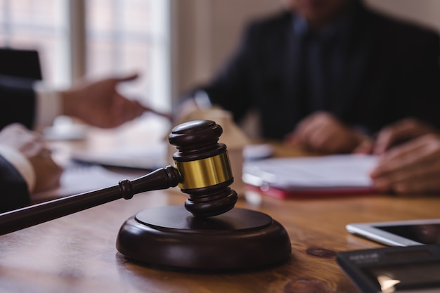 Groupe de gens d'affaires et avocats ou juges discutant