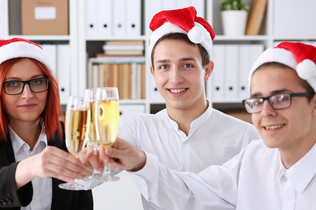 Un groupe de gens d'affaires célébrant noël