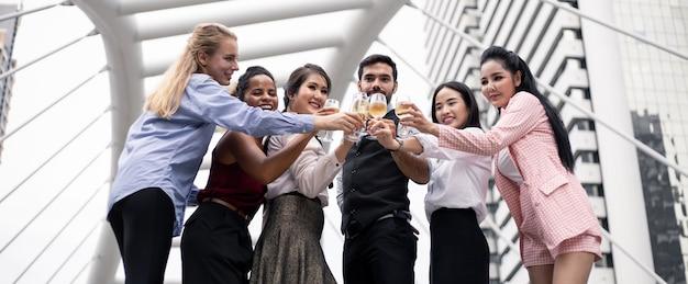 Groupe de gens d'affaires célèbrent en buvant du vin.