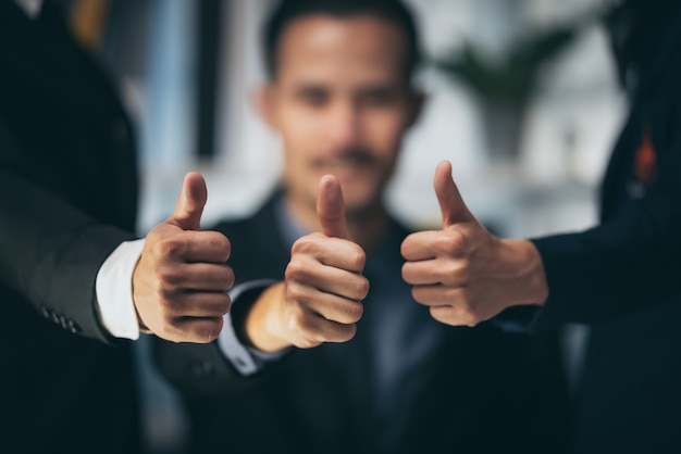 Un groupe de gens d'affaires dans le concept de travailler ensemble pour réussir