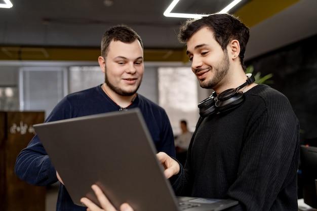 Groupe de gens d'affaires et développeurs de logiciels