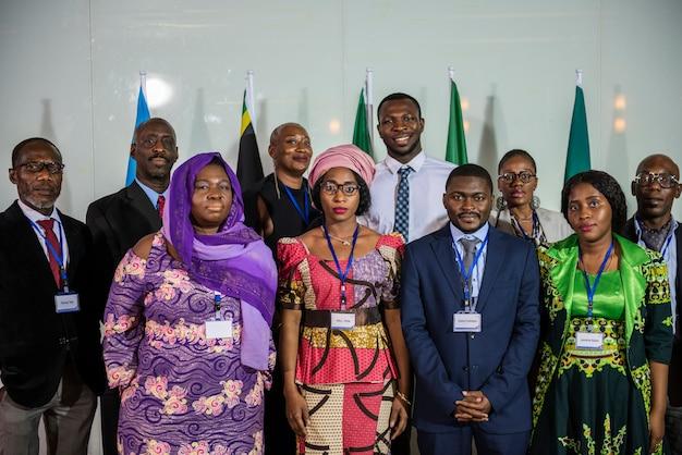 Un groupe de gens d'affaires de différents pays et cultures