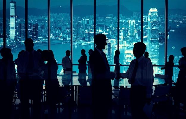 Groupe de gens d'affaires discutant dans une salle de conférence.
