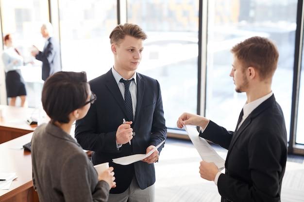 Groupe de gens d'affaires discutant