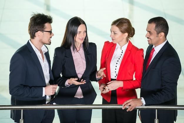 Groupe de gens d'affaires discutent après la réunion.