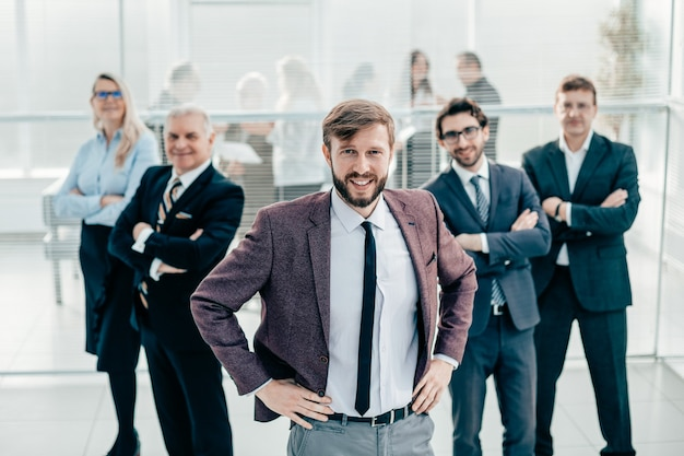 Groupe de gens d'affaires divers debout au bureau