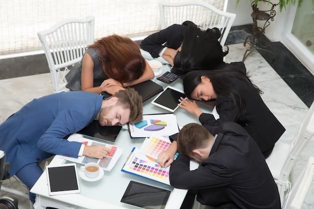 Groupe de gens d'affaires dormir au repos dans la salle de conférence au bureau avec fermeture
