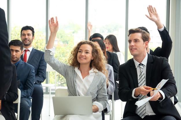 Groupe de gens d'affaires en éducation réussie en entreprise sur séminaire