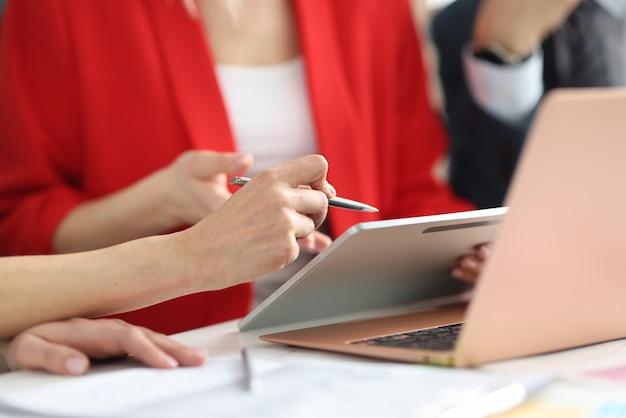 Groupe de gens d'affaires explorent les données sur tablette