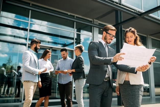 Groupe de gens d'affaires. gens d'affaires partageant leurs nouvelles idées.