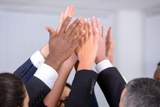 Groupe de gens d'affaires joignant les mains.