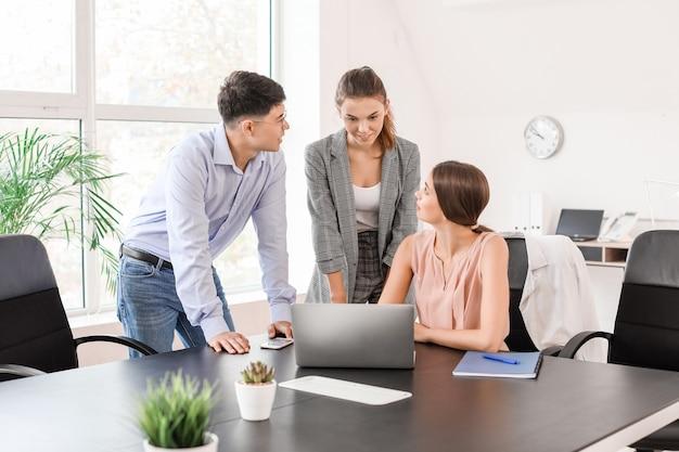 Groupe de gens d'affaires lors d'une réunion au bureau