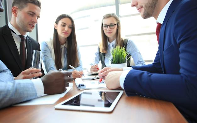 Groupe de gens d'affaires lors d'une réunion sur le fond du bureau