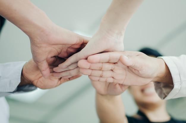 Groupe de gens d'affaires mettant leurs mains ensemble