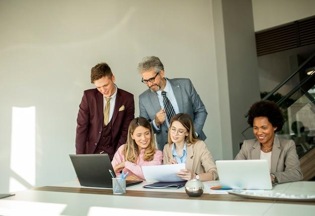 Groupe de gens d'affaires multiethniques travaillant ensemble au bureau