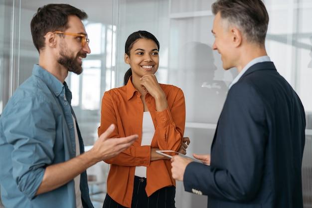 Groupe de gens d'affaires multiraciaux parlant