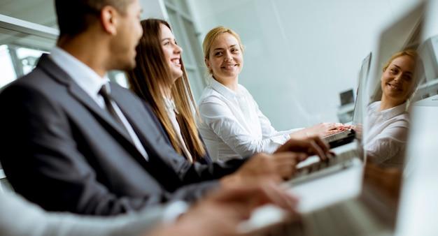 Groupe de gens d'affaires partageant leurs idées au bureau