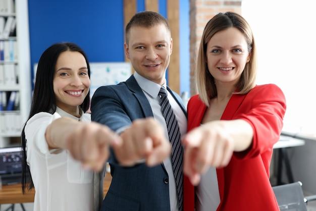 Un groupe de gens d'affaires pointe son index vers vous
