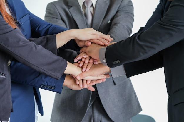 Groupe de gens d'affaires réunis se serrant la main, concept de réunion d'affaires en plein air.
