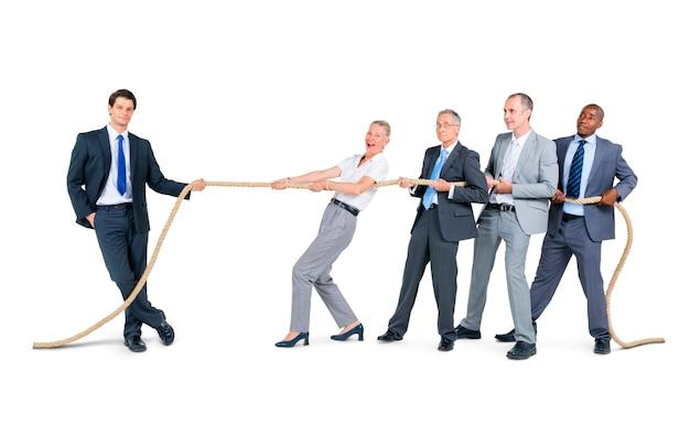 Groupe de gens d'affaires tirant la corde