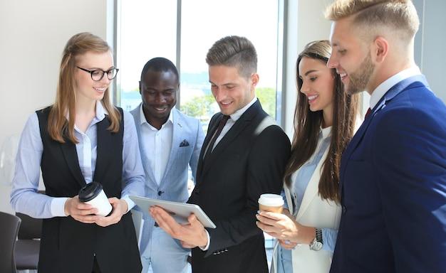 Groupe de gens d'affaires travaillant sur tablette