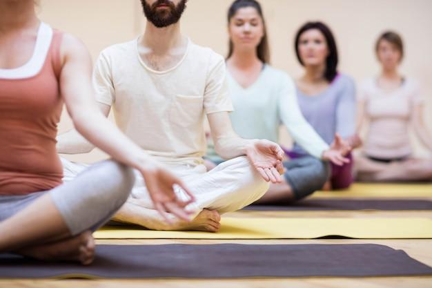 Un groupe de gens assis dans la position du lotus