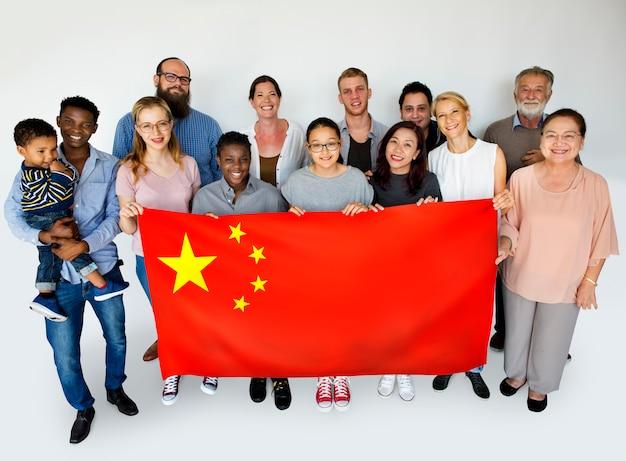 Groupe, gens, tenue, drapeau chinois, studio, portrait