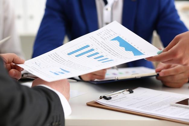 Groupe de gestionnaires discutant du tableau financier au bureau