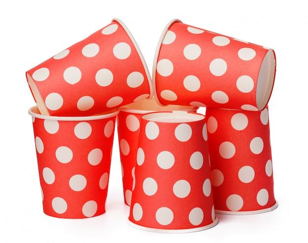 Groupe de gobelets en carton jetables rouges isolés