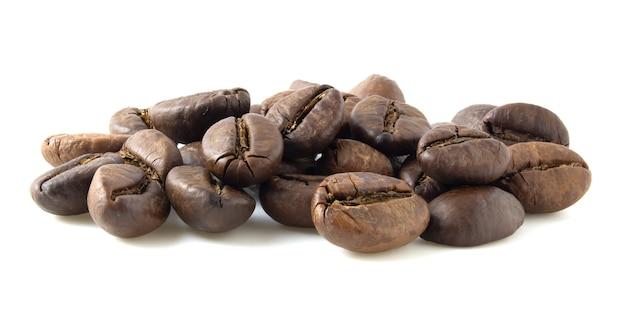 Groupe de grains de café torréfiés isolé sur fond blanc.