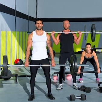 Groupe de gym avec entraînement crossfit