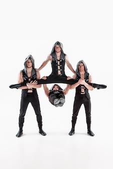 Groupe, de, gymnastique, acrobatique, caucasien, hommes, sur, équilibre, pose