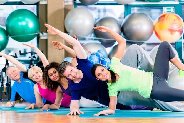 Groupe de gymnastique dans l'exercice et l'entraînement de gym