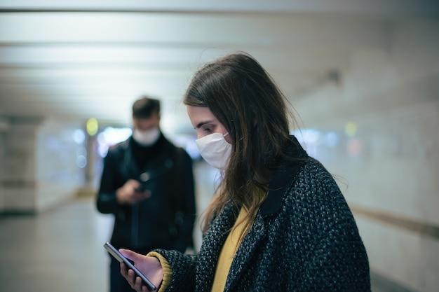 Groupe d'habitants portant des masques de protection marchant dans le passage souterrain. coronavirus en ville